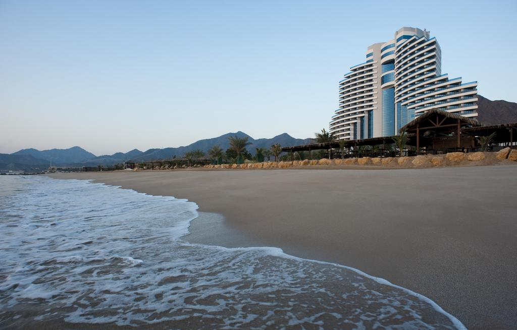 Отель Le Meridien Al Aqah Beach Resort & Spa